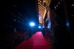 Le long tapis rouge - est traditionnellement utilisé pour marquer l'itinéraire pris par des chefs d'Etat aux occasions cérémonieu photo libre de droits