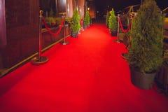 Le long tapis rouge - est traditionnellement utilisé pour marquer l'itinéraire pris par des chefs d'Etat aux occasions cérémonieu images stock