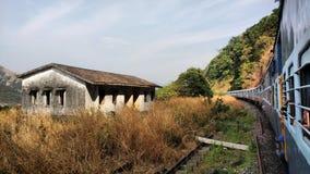Le long train de voyageurs croisant le paysage indien Photo libre de droits