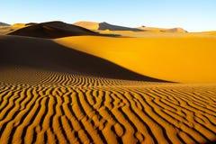 Le long vent a formé des ondulations avec les bords définis par ombre en dunes de H Photos stock