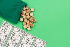 Le loto en bois barrels avec des cartes de sac et de jeu sur le fond beige Image libre de droits