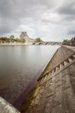 Le Louvre de Paris dans les Frances avec de la La la Seine Images stock