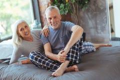 Le lovign positif a vieilli des couples se trouvant sur le lit Photos libres de droits
