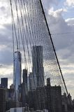 Le Lower Manhattan domine du pont de Brooklyn au-dessus de l'East River de New York City aux Etats-Unis images stock