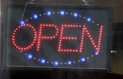 Le luci al neon aprono il segno Immagini Stock Libere da Diritti