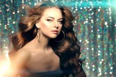Le luci del club della donna fanno festa i capelli lunghi della ragazza di dancing del fondo Onde fotografia stock