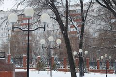 Le luci dell'inverno con i ghiaccioli sulle colonne stanno in una fila Immagini Stock Libere da Diritti