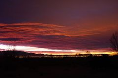 Le luci della città di Albuquerque nanometro con un'alba luminosa fotografia stock libera da diritti