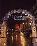 Le luci di Natale in un arco d'accoglienza hanno fiancheggiato dagli orsacchiotti immagine stock