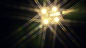Le luci intense di notte con i raggi girano intorno al cerchio contro il cielo nero stock footage