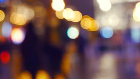Le luci notturne della città offuscano il fondo con l'albero di Natale beautuful stock footage