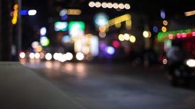 Le luci notturne si striano mentre viaggiamo giù una via della città stock footage