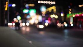 Le luci notturne si striano mentre viaggiamo giù una via della città ciclo stock footage