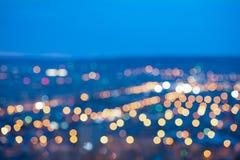 Le luci offuscanti della bella città sottraggono il bokeh circolare sulla b blu fotografia stock libera da diritti
