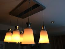 Le luci splendono luminoso Le lampade forniscono l'illuminazione alla notte fotografia stock libera da diritti