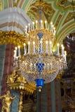 Le lustre énorme dans Peter et Paul Cathedral Photographie stock
