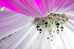 Le lustre fait de roses et fleurs blanches accroche sous la tente légère Lumières décoratives Photo libre de droits