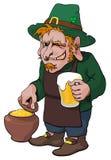 Le lutin de sourire avec de la bière mettent en forme de tasse et pot d'or Image libre de droits