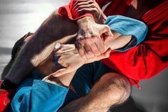 Le lutteur d'homme fait la soumission luttant photographie stock libre de droits