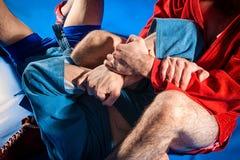 Le lutteur d'homme fait la soumission luttant photos stock