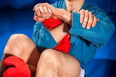 Le lutteur d'homme fait la soumission luttant image stock