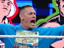 Le lutteur John Cena de WWE entre dans le stade et hurle aux fans Images stock