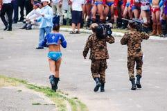 Le lutteur mongol marche avec des soldats, cérémonie d'ouverture de Nadaam Images libres de droits