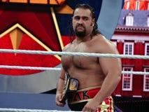 Le lutteur Rusev de WWE se tient en anneau tenant le titl de championnat des Etats-Unis Photographie stock