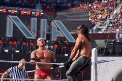 Le lutteur Seth Rollins de WWE obtient tapi dans la lanterne supérieure comme a couru Image libre de droits