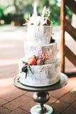 Le luxe a décoré le gâteau de mariage sur la table Photo libre de droits