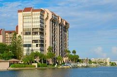 Le luxe de Waterside autoguide le bâtiment de condominium photographie stock