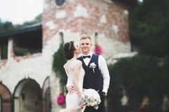 Le luxe a marié des couples de mariage, jeunes mariés posant dans la vieille ville Images libres de droits