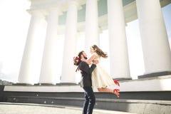 Le luxe a marié des couples de mariage, jeunes mariés posant dans la vieille ville Photographie stock libre de droits