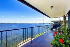 Le luxe meublé a couvert la plate-forme de gril, et la vue du lac Washi photo stock