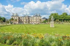 Le Luxembourg font du jardinage (Jardin du Luxembourg) à Paris, France photographie stock libre de droits