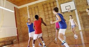 Le lycée badine jouer le basket-ball dans la cour clips vidéos