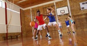 Le lycée badine jouer le basket-ball dans la cour banque de vidéos