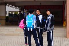 Le lycée a commencé aux vacances d'hiver, les étudiants hors de la salle de classe, quittant le campus Image stock