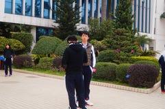 Le lycée a commencé aux vacances d'hiver, les étudiants hors de la salle de classe, quittant le campus Images stock