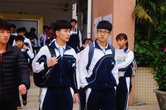 Le lycée a commencé aux vacances d'hiver, les étudiants hors de la salle de classe, quittant le campus Photo libre de droits