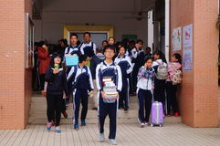 Le lycée a commencé aux vacances d'hiver, les étudiants hors de la salle de classe, quittant le campus Photographie stock
