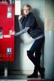 Le lycklig kvinna som poserar i garageparkering Arkivbilder