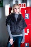 Le lycklig kvinna som poserar i garageparkering Royaltyfri Fotografi