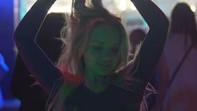 Le lycklig kvinnadans, i nattklubb och att tycka om kall musik, långsam-mo stock video