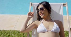 Le lycksaligt solbada för ung kvinna Royaltyfri Bild