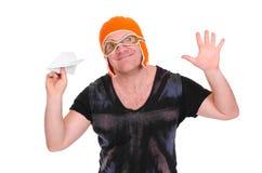 Le mâle adulte dans un ` s d'enfants a tricoté le pilote de chapeau jouant avec un avion de papier L'homme a laissé un avion de p Images libres de droits