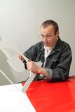 Le mâle adulte travaille dans le studio Image libre de droits