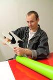 Le mâle adulte travaille dans un studio de publicité Images libres de droits