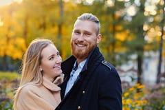 Le mâle barbu roux étreint la femelle blonde mignonne Images libres de droits