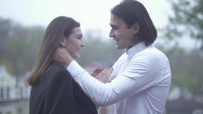 Le mâle beau tient le visage de la femelle dans des ses mains type et l'amie passant le temps couplent ensemble dans l'amour heur banque de vidéos
